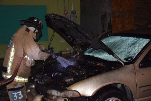 Auto se incendia mientras su dueño dormía