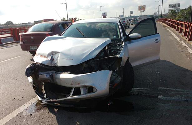 Automóvil casi cae de puente en Altamira
