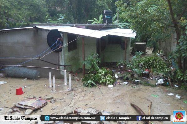 El frente frío que ingresó la madrugada de hoy causó pérdidas materiales en diversos sectores de Veracruz
