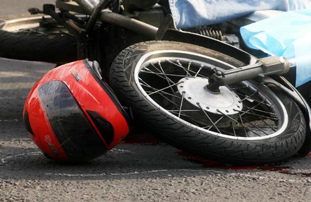 Muere motociclista tras chocar contra auto