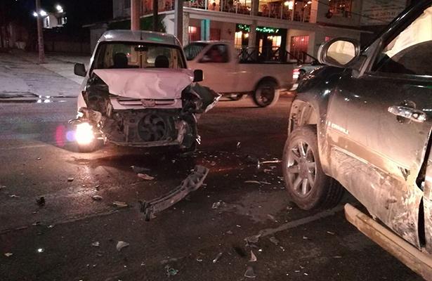 Pick up y Mini Van protagonizan accidente en Avenida Hidalgo