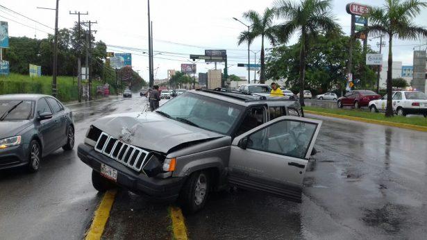 Camioneta se impacta contra palmera en Avenida Hidalgo