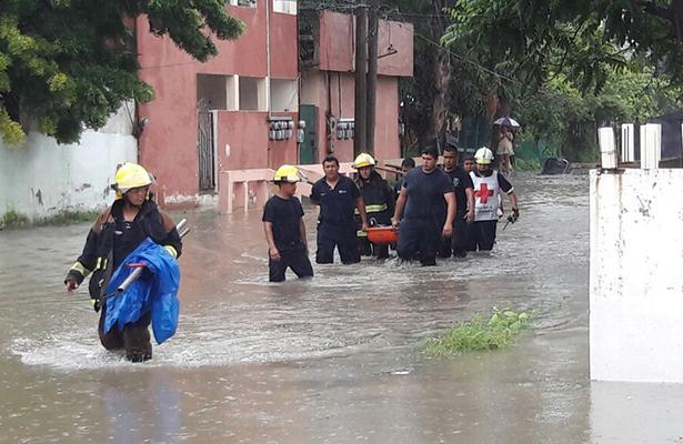 A pie entra personal de la Cruz Roja a atender enfermos en colonias inundadas