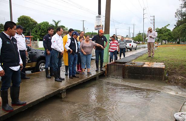 Recorre Andrés Zorrilla canales y zonas inundadas