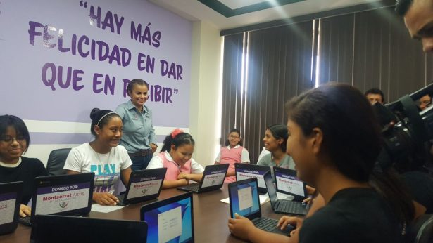 Entrega Montserrat Arcos laptops a mejores promedios