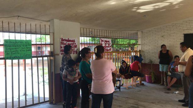 """Padres de familia cumplen amenaza y toman escuela """"Adolfo López Mateos"""""""