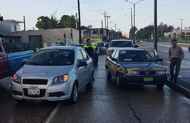 Choque entre vehículo particular y un taxi en la colonia Tamaulipas