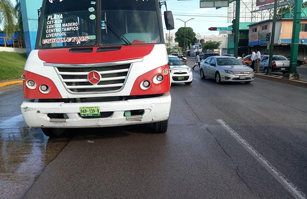Choque entre taxi y autobús en crucero de Tampico