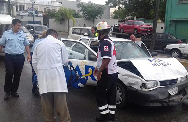 Conductor pierde el control y lesiona a dos mujeres