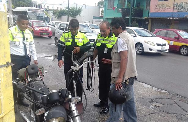 Motociclista cae y derrapa en avenida Hidalgo
