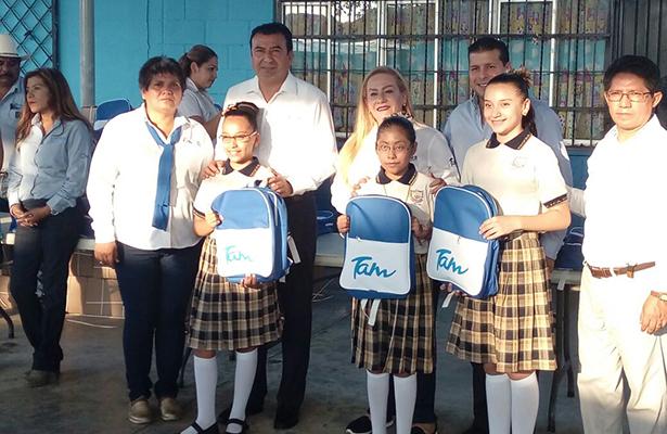 Entregan mochilas y útiles escolares en primaria de Altamira