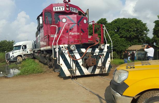 Locomotora embiste a tráiler en Altamira