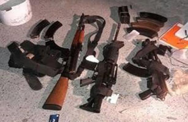PE asegura armamento militar de camionera abandonada