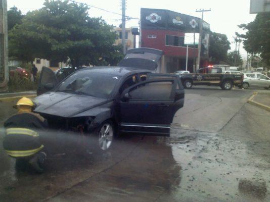 Falla en el sistema eléctrico de un automóvil termina en incendio
