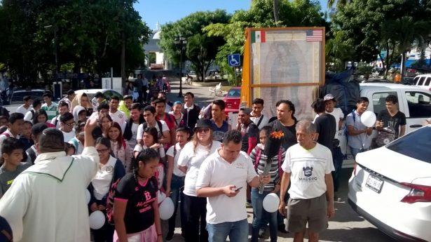 Jóvenes estudiantes rinden tributo a la Reyna de las Américas