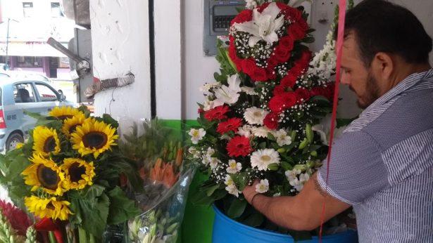 Aumenta precio de flores ante la festividad de Día de Muertos