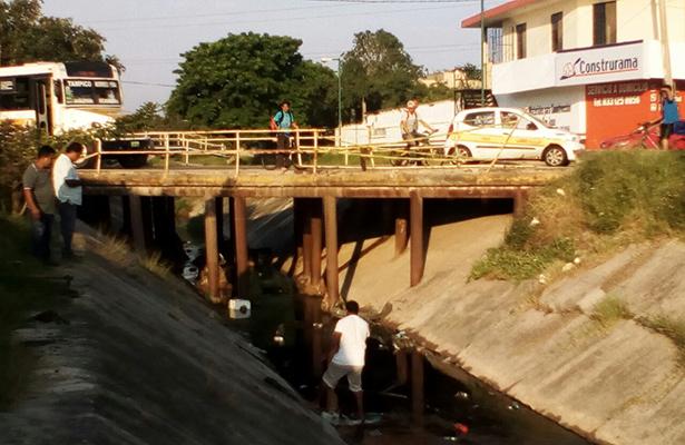 """Choca y vuelca la camioneta en un canal pluvial de """"La Borreguera"""""""