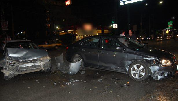 Percance entre dos vehículos particulares deja un lesionado y daños materiales