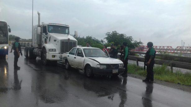 Choque entre un tráiler y un vehículo particular en puente de El Moralillo