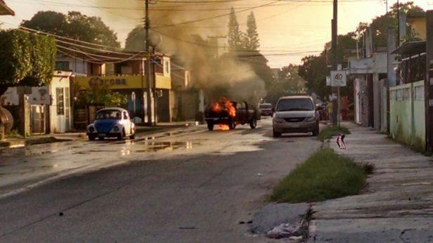 Se incendia camioneta en la Enrique Cárdenas González