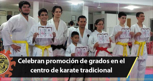 Celebran promoción de grados en el centro de karate tradicional