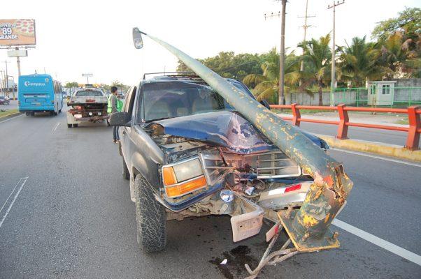 Conductor pierde el control provocando un accidente vial