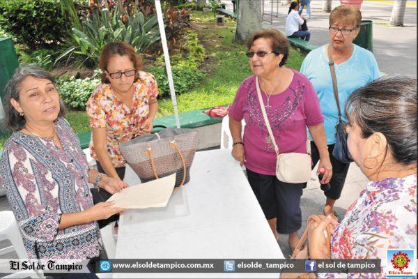 Maestros jubilados protestan y colocan módulo para firmas por falta de pago