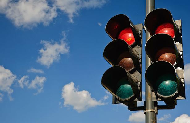 Debido al piso húmedo y el exceso de velocidad, se estrella contra semáforo