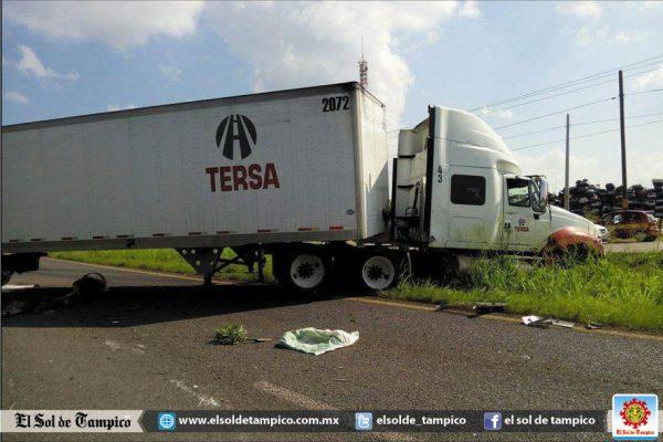 Mujer resultó lesionada al ser impactada la camioneta en que viajaba por veloz tráiler