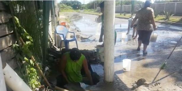 Vecinos hacen el trabajo que le corresponde a Comapa