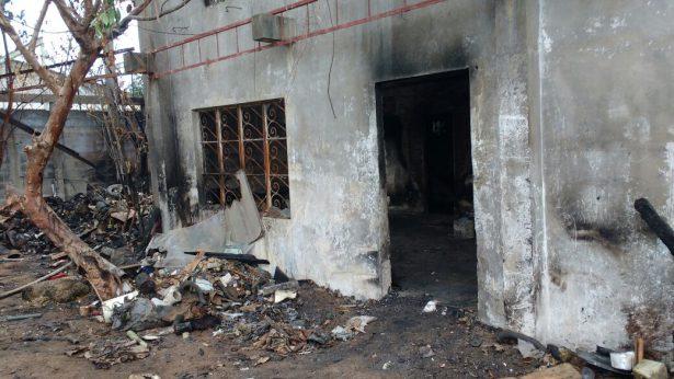 Fuego arrasa con vivienda en la colonia Laguna de la Puerta