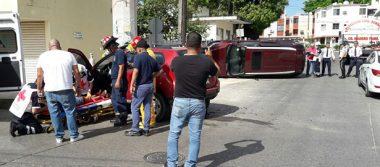 Aparatoso choque y volcadura en la Col. Lázaro Cárdenas