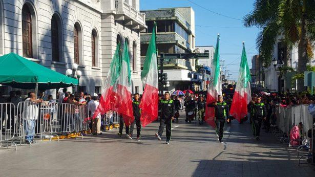 Escoltas escolares; colorido contingente que arranca aplausos en el desfile revolucionario