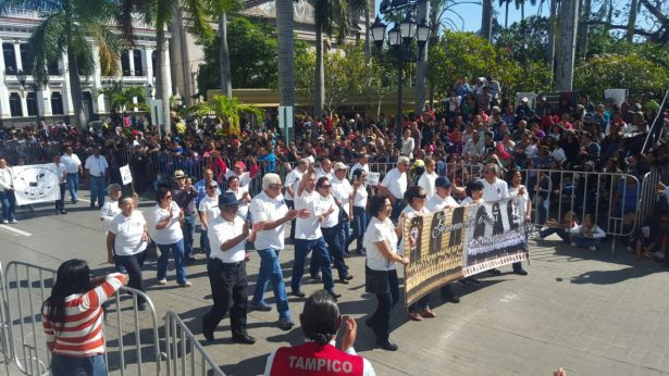 """Exalumnos de la Secundaria """"Francisco Nicodemo"""" participan por primera vez en el desfile de la Revolución Mexicana"""