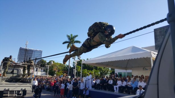Lucido contingente el de la Marina durante el desfile revolucionario