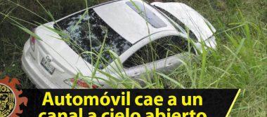 Automóvil cae a canal