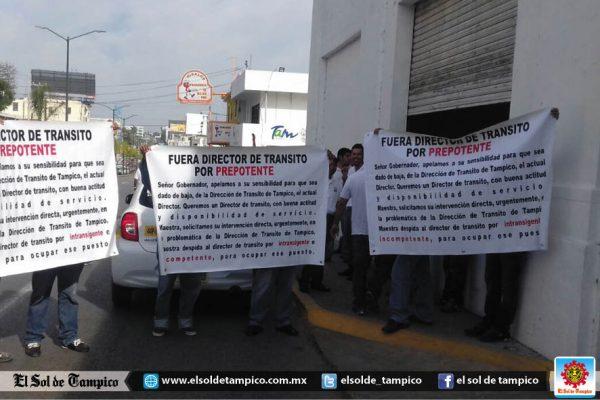 Taxistas cierran los dos carriles de la Av. Miguel Hidalgo