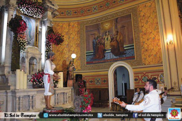 """Desborda el fervor religioso durante las """"Mañanitas"""" a la Virgen de Guadalupe"""
