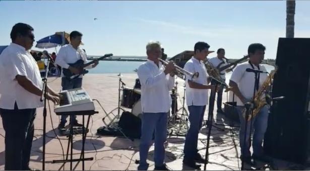 Músicos juchitecos, afectados por los sismos, tocan en playa Miramar