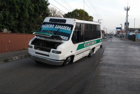 Por falla mecánica autobús queda a media avenida