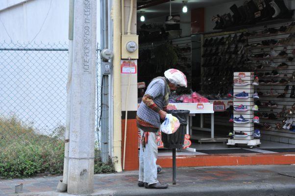Pese al frío, indigentes prefieren dormir en la calle