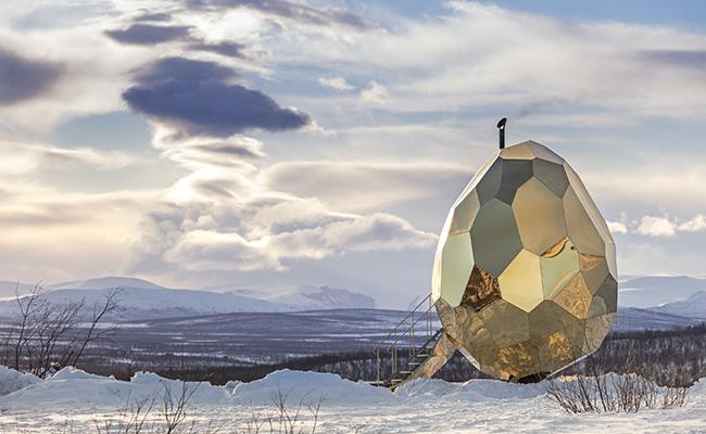 Conoce el sauna-huevo de Laponia ¡cubierto de oro!