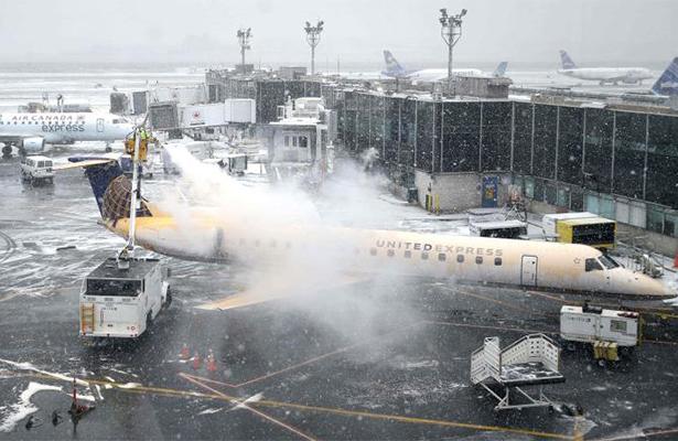 Cancelan más de mil 500 vuelos por tormenta de nieve en Nueva York