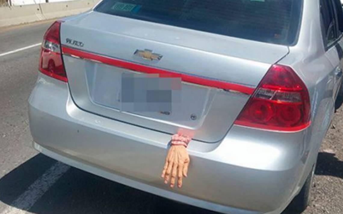 Terror sobre ruedas: detienen a conductor por 'mano de cadáver' visible en su cajuela