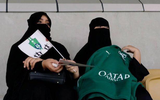 Mujeres saudíes entran por primera vez a estadios de futbol
