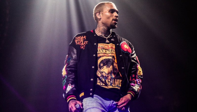 Chris Brown golpea a fotógrafo en club de Florida