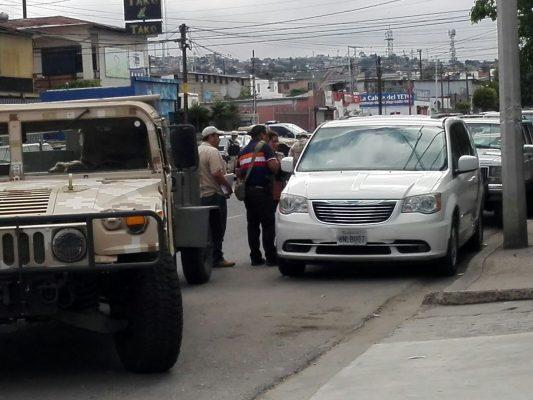 Militares resguardan camioneta con armas y explosivo en Zona Centro