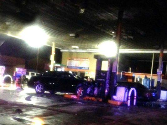 Aparatoso choque contra estación de gasolina