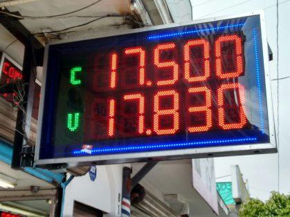 Se vende dólar en 17.96 pesos en promedio en la terminal aérea