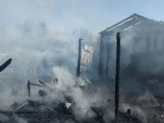 Incendio arrasa con 3 viviendas